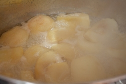 Simmering apple in butter and sugar